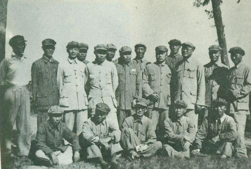 1948年夏,中原野战军部分领导同志:前排右一为钟汉华,中排右起:陈再道、杜义德、刘伯承、陈毅、王近山,后排右一为范朝利、右二为孔庆德