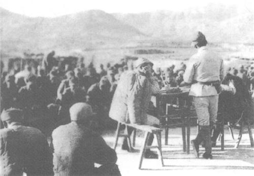 抗日战争时期,部队进行战斗总结,讲话者为王近山