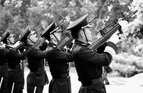鸣枪向烈士致敬。央视国际/图