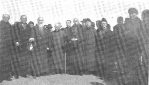 """1949年2月""""上海人民和平代表团""""于南京机场合影,前排左四为邵力子.jpg"""