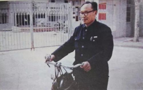 """朱刚和自己的""""老伙伴""""自行车.jpg"""