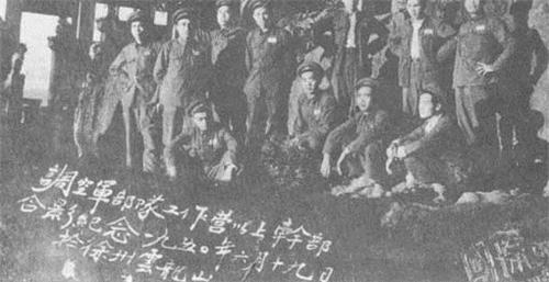 空军第四混成旅组建时,调空军部队工作的陆军营以上干部合影。