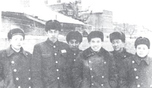 空军第四师领导干部合影。左起:副参谋长潘云山、师长方子翼、副师长袁彬、政委李世安、政治部主任谢锡玉、参谋长王香雄。