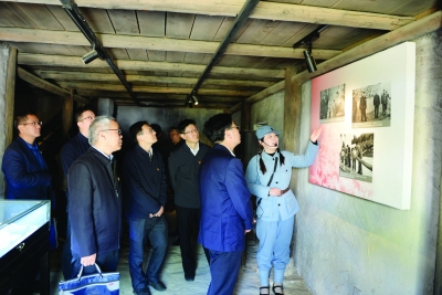 党员们来到新四军将领旧居参观学习。