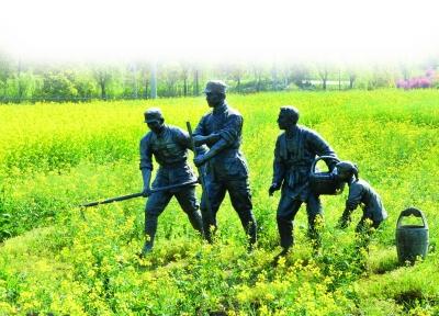 """""""红色李巷""""田野里的塑像展示出新四军在溧水与群众鱼水情深。"""